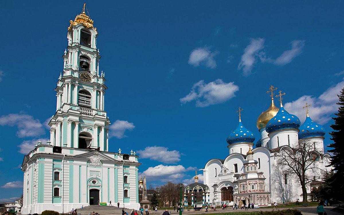 Колокольня Троице-Сергиевой Лавры (слева)