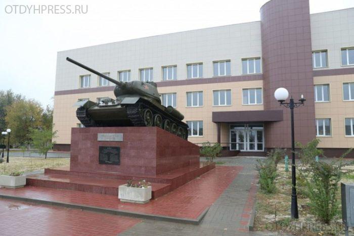 танк Т-34/85 на постаменте перед зданием Калачёвского ПТУ №13