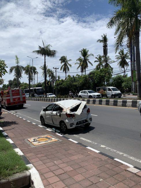 Редкое серьезное ДТП на Бали. На самом деле на машину попросту упало дерево